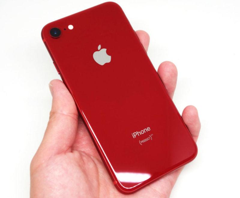 iPhone 8を持っている