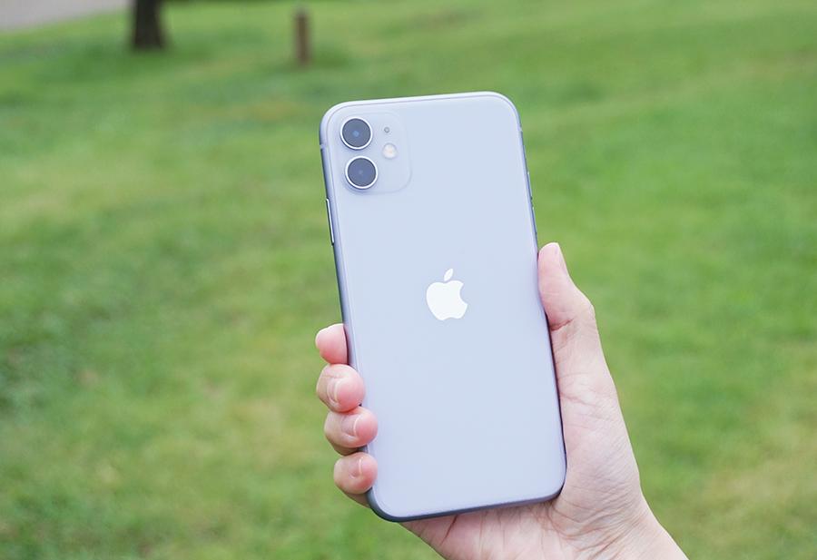 iPhone 11を持っている